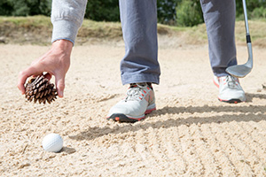 Het zand of losse natuurlijke voorwerpen in een bunker raken